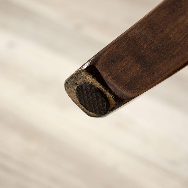脚裏には、キズ防止のための不織布付き。