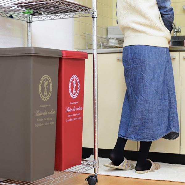上に約16cm以上の余裕があれば、カウンター下やラック内からゴミ箱引き出すことなく捨てることができます!