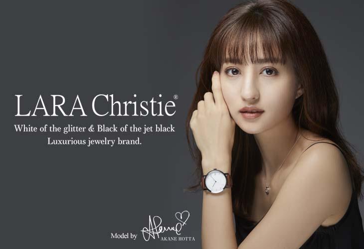 ララクリスティーの腕時計とネックレスを着用している堀田茜