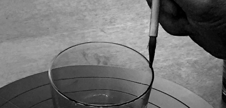 ブランド ララクリスティー ペアタンブラー製作時の職人の手作業イメージ