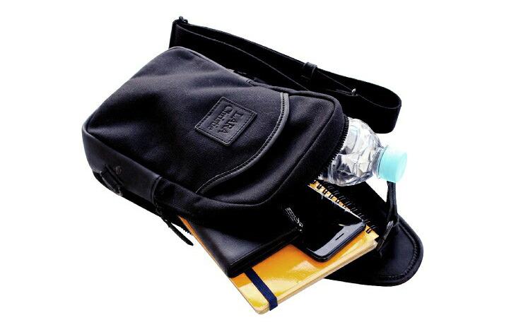 ブランド LARA Christie(ララクリスティー)のドレスデン コレクション 口枠クラッチバッグ ホワイト ブラックの収納。