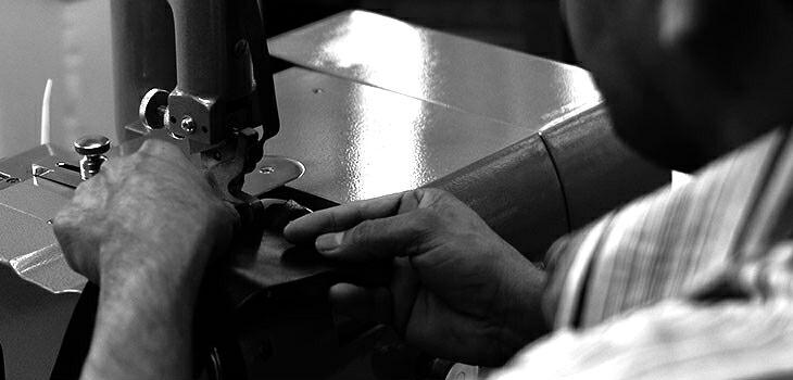 ブランド LARA Christie(ララクリスティー)のsamurai ラウンド ジップ スリム 二つ折り ウォレットの本質。