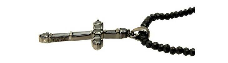 ブランド LARA Christie(ララクリスティー)のホーリー クロス ネックレス BSモデル(ブラックレーベル)の刻印。